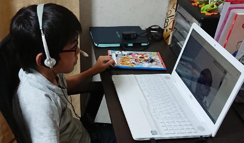 オンライン英会話レッスン中の小学生